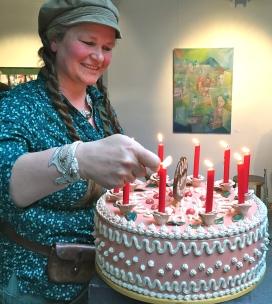 Veronika Dietz, Keramikkünstlerin, entzündet die Kerzen auf ihrer Torte aus Ton
