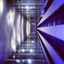 Aufzugschacht lila