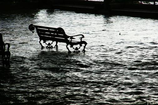 Bank in überflutetem Park