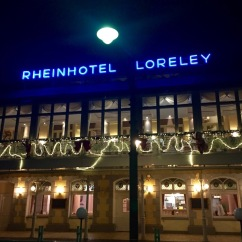 rheinhotel-loreley-neon-fassade-kunstlicht-8